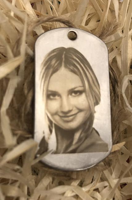 фото на жетоне, девушка