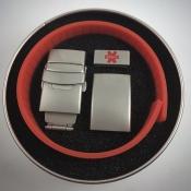 красный браслет в коробочке